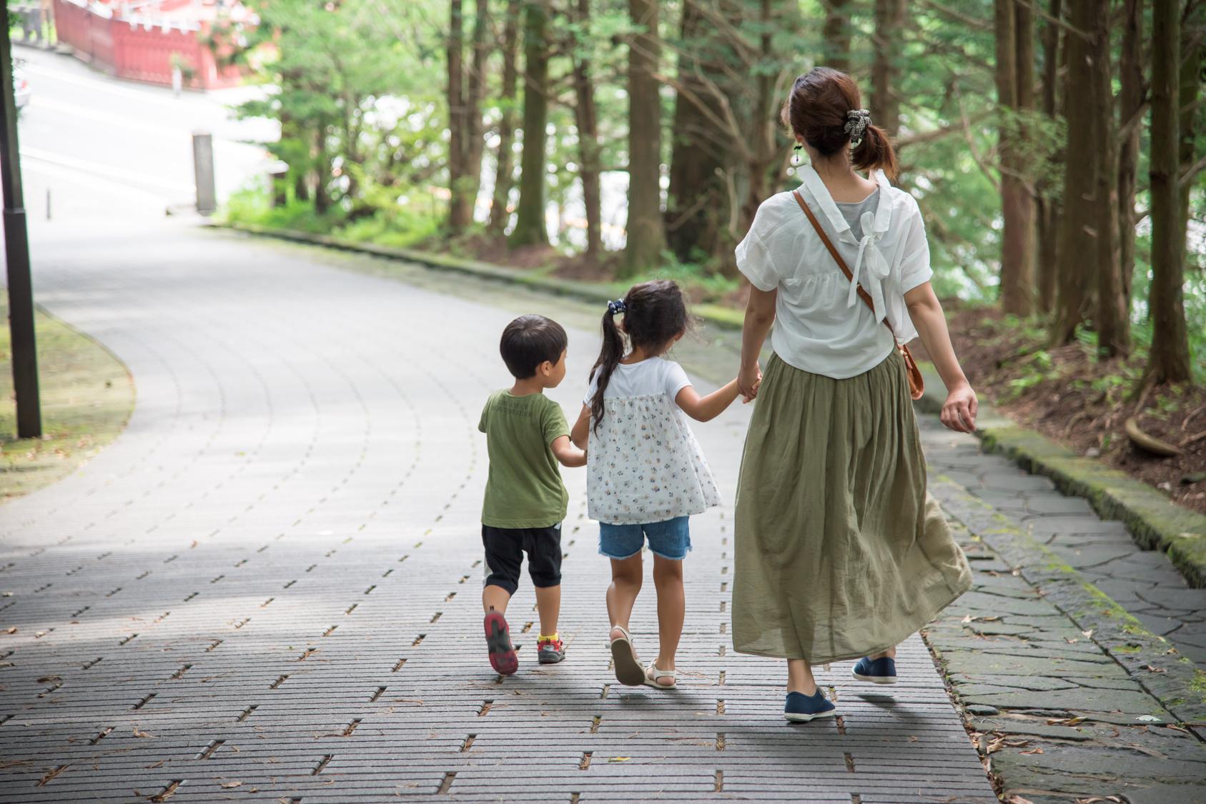 子供と一緒に歩くお母さん