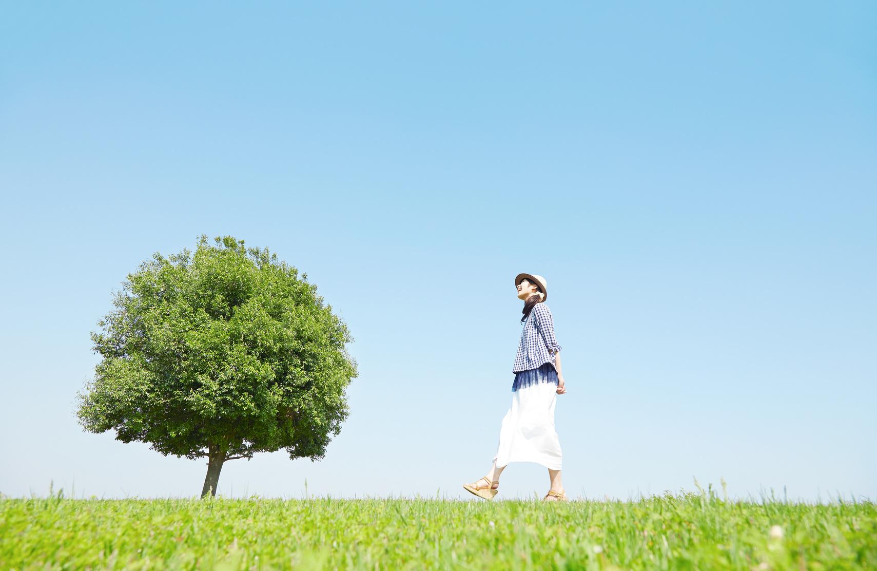 タロットを持ち歩く女性
